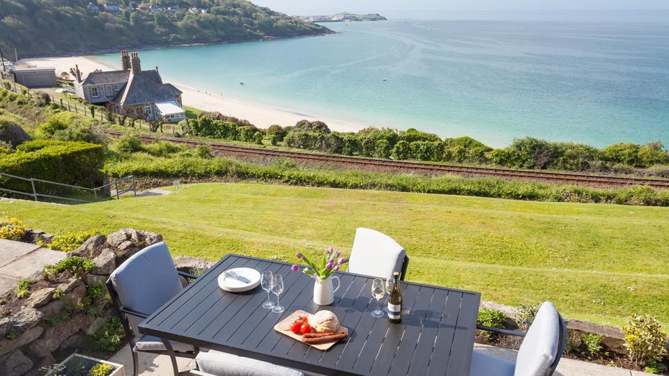 Shoreline benefits from breathtaking views and direct access to the communal gardens and South West Coast Path.