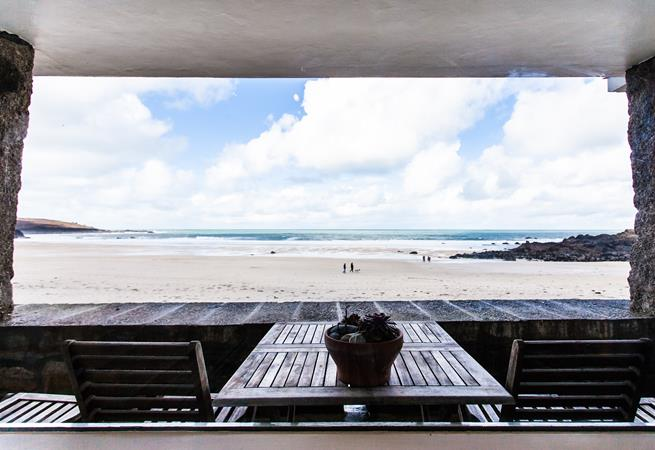 Large, beach level patio balcony with superb views over Porthmeor beach.