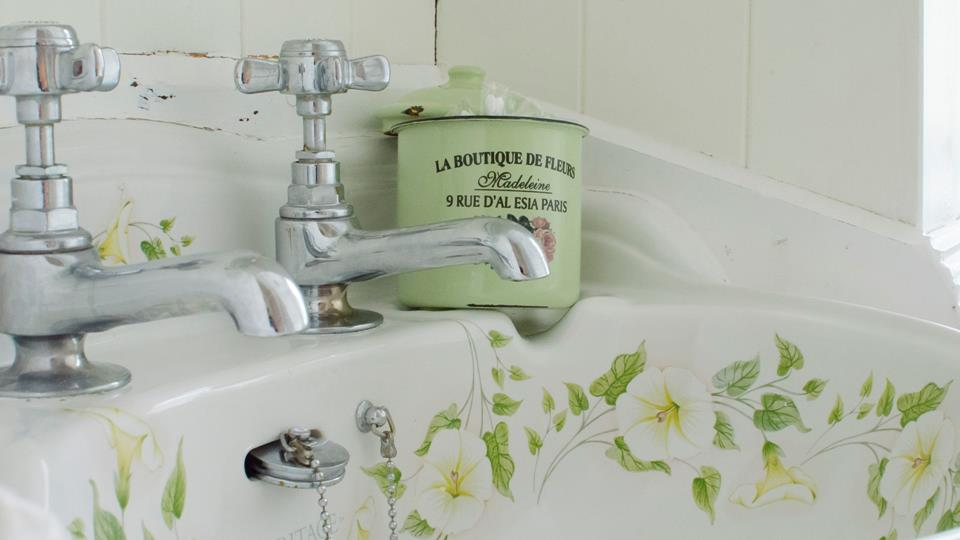 Vintage hand basin to compliment the bathroom.