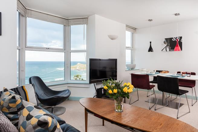 Bright open plan sitting room and diner with stunning views!
