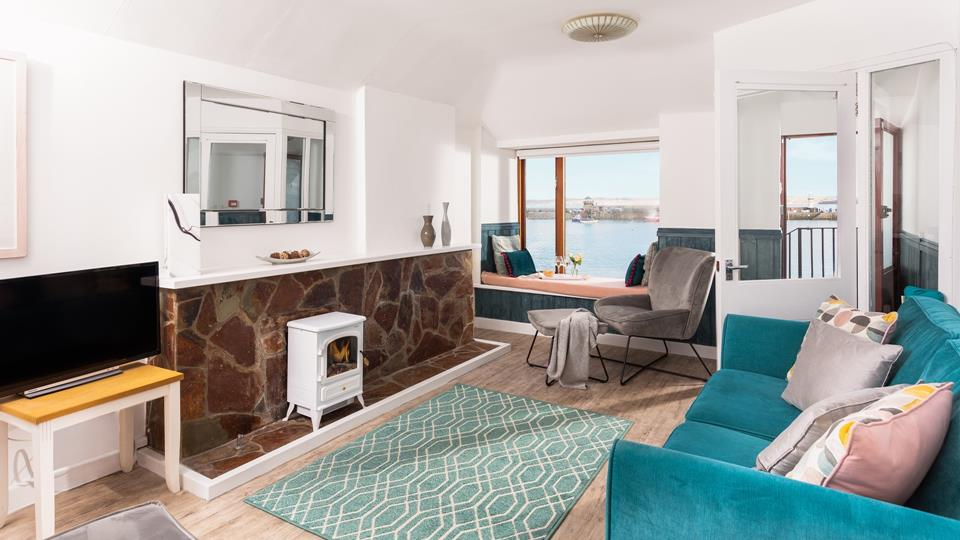 The star of the living area is undoubtedly the window seat which allows you to watch the comings and goings of the harbour in comfort.