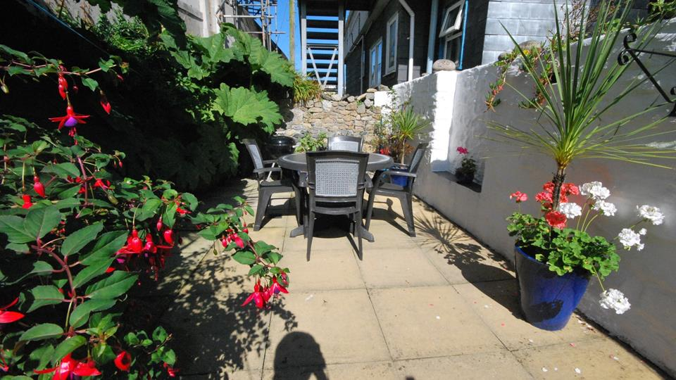 Outdoor seating - perfect for summer BBQ's!
