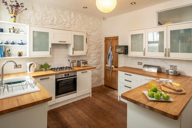 The well equipped kitchen of Blue Elvin.