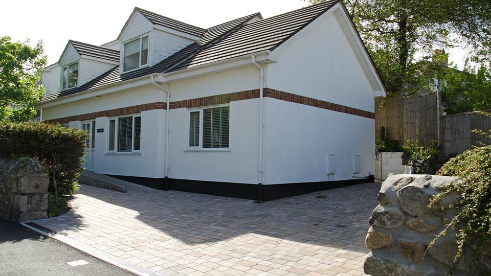 Loscombe has a private brick paved driveway with traditional granite stone boundary walling.