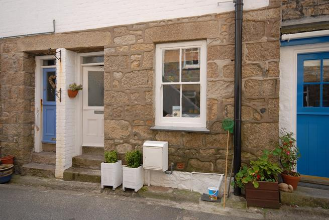A charming Victorian cottage in the heart of Downalong tucked away in a very quiet street.