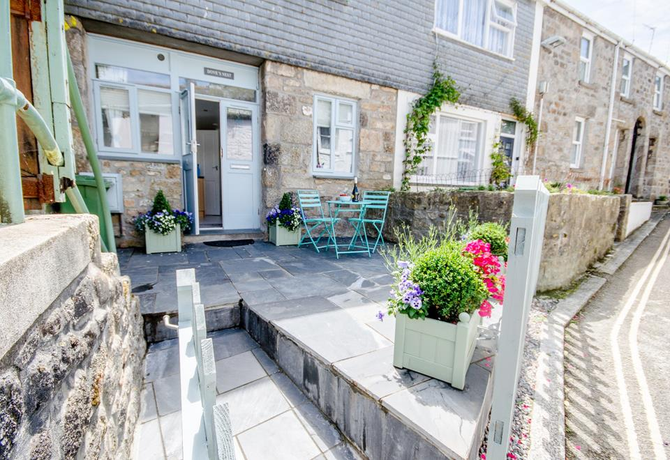 Dove cottage is located down a quiet lane, but is within moments of all that St Ives has to offer.