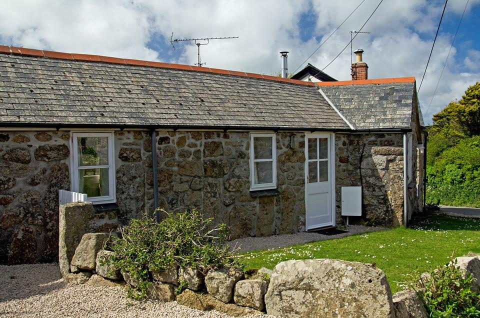 This pet-friendly cottage is set in peaceful surroundings.