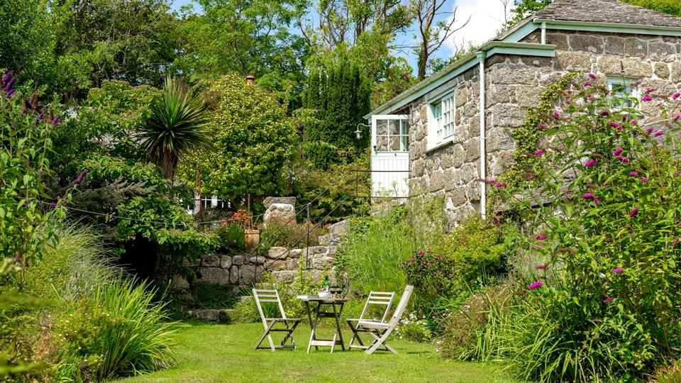 The cute private garden is nestled below the barn; the perfect tranquil spot to listen to the birds and breathe in the cornish air.