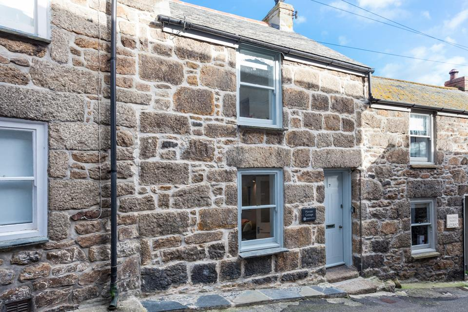 Mowzer Cottage is a traditional Cornish cottage just moments from Mousehole Harbour.