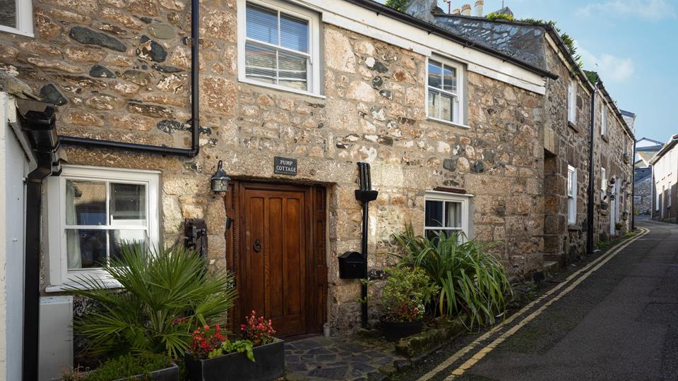 A truly enchanting retreat, Pump Cottage is a listed cottage just a minutes walk from the heart of St Ives.