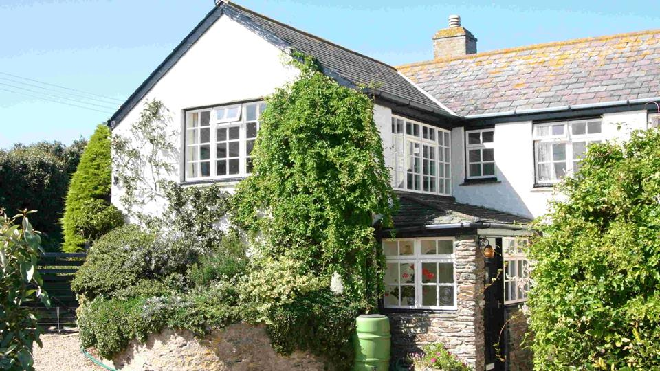 This wonderful sea view, cottage-style apartment with its charming climbing plants is perched on West Pentire headland.