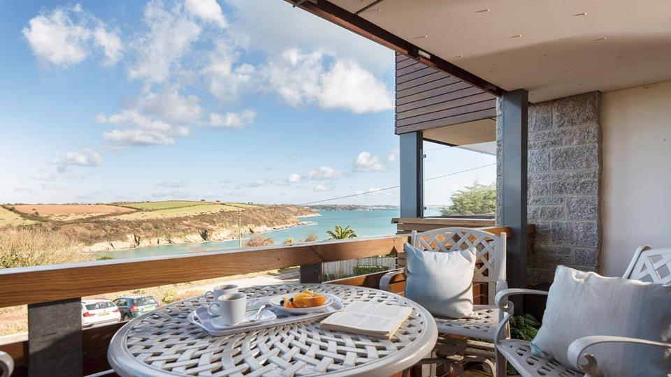 Wave Watchers is a modern, first floor apartment nestled in a fantastic position above Maenporth beach.