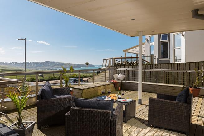 Fistral Azure is on the ground floor of the Azure apartments on Headland Road, with easy access to Fistral Beach and the town.
