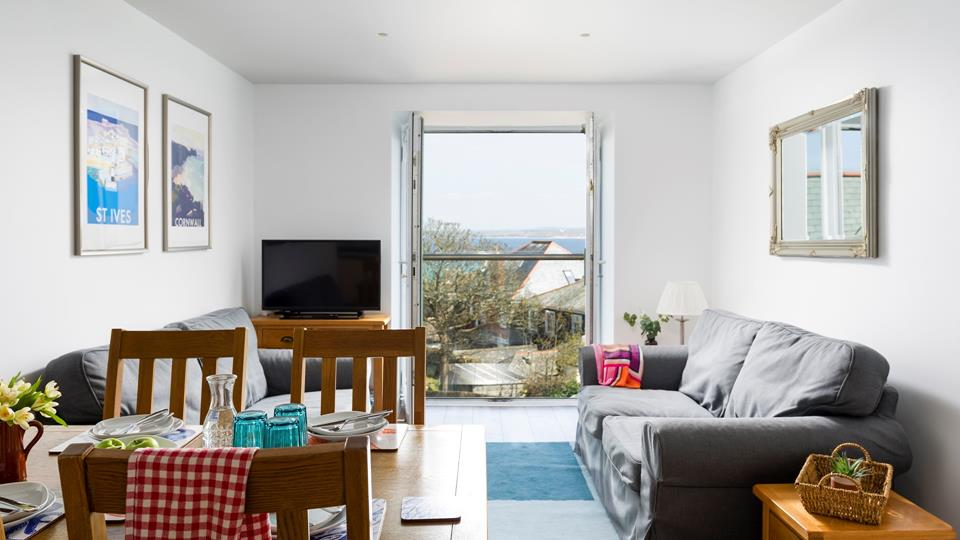 Mixing modern and classic furniture, this lovely apartment benefits from sea views.