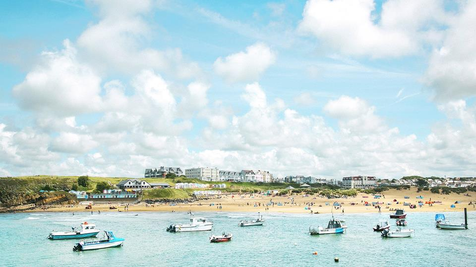 The seaside town of Bude is nearby with larger sandy beaches.