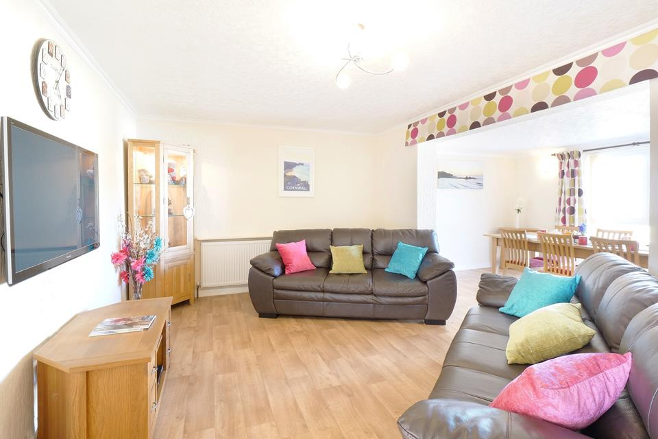 Nice open plan sitting room with dining area is great for families and friendship groups