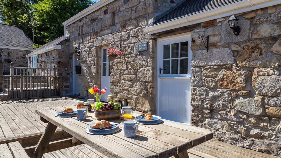 Enjoy breakfast alfresco on the enclosed decked terrace.