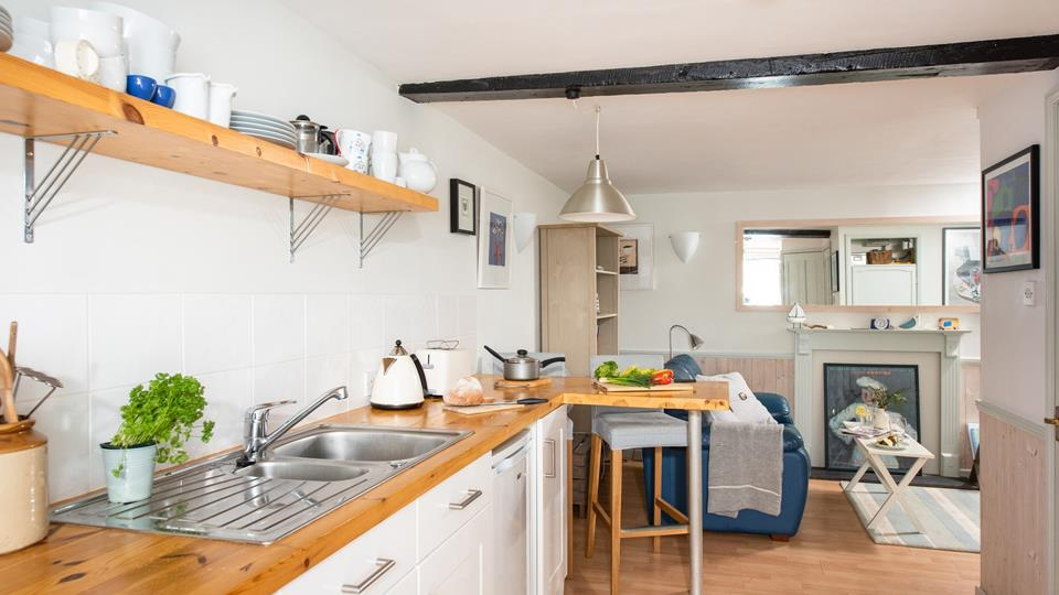 Prepare your picnic for the beach in the well equipped kitchen.