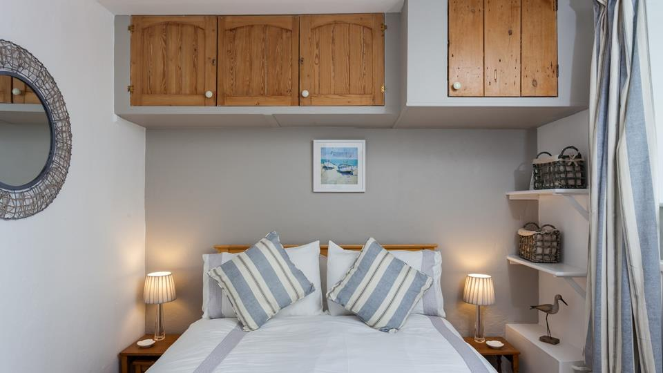The nautical coloured accent cushions work perfectly with the crisp linen.