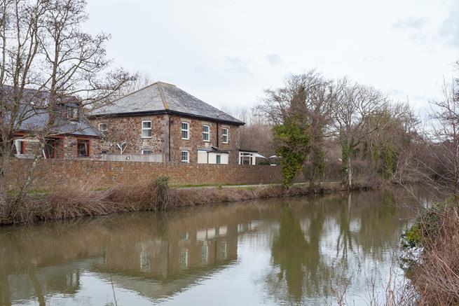 Helebridge House viewed across the canal
