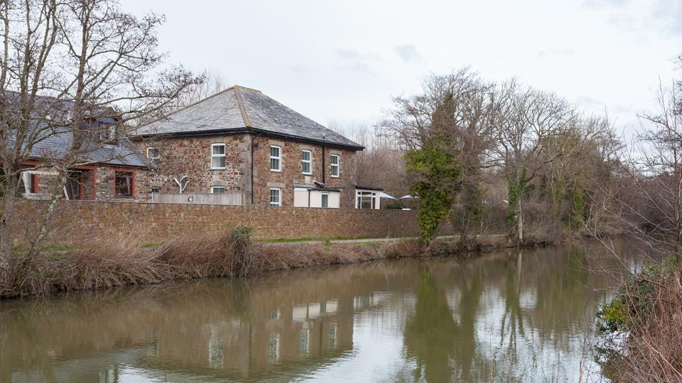 Helebridge House viewed across the canal