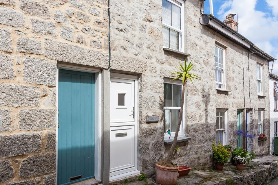 This traditional cottage is tucked away in a quiet part of Newlyn's old quarter.