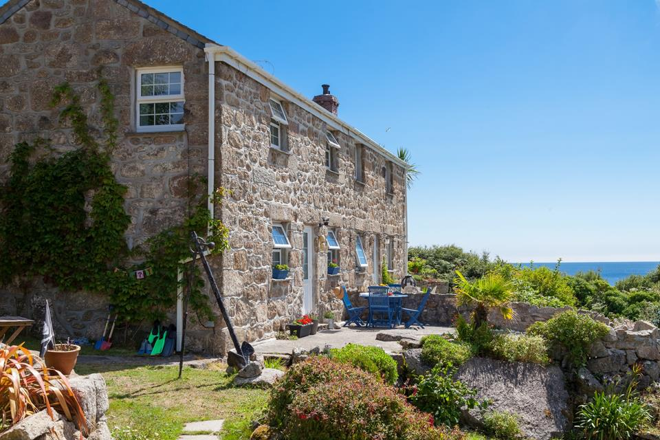 This beautifully positioned cottage overlooks the stunning cove of Lamorna.