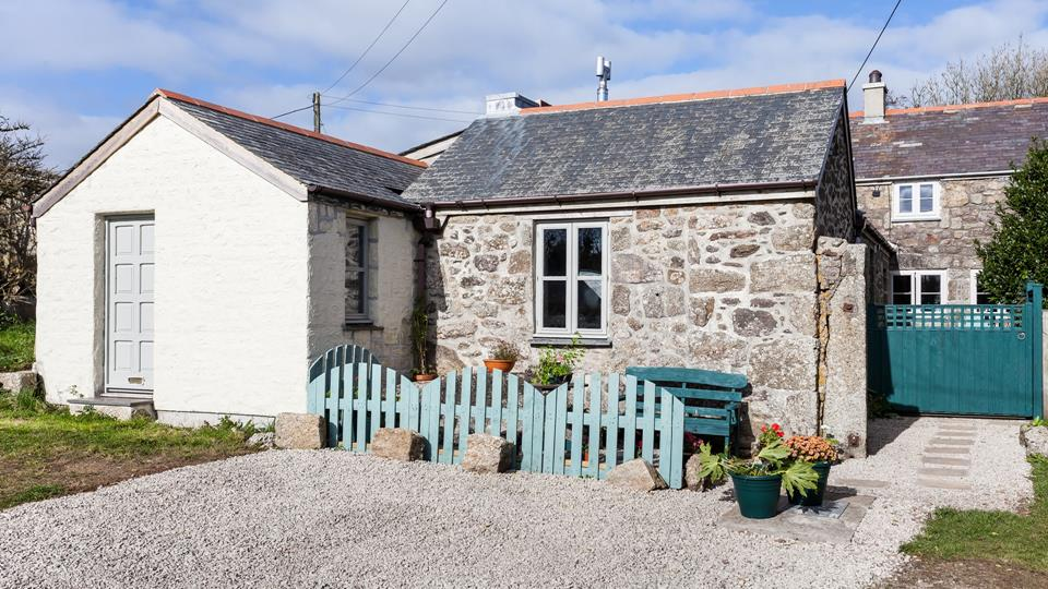 Located right next to a farm, this charming cottage offers the perfect setting for a rural escape.