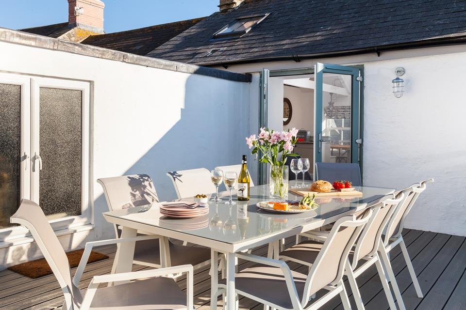 Dine al fresco or fire up the BBQ on the roof terrace, whilst enjoying breathtaking views across Porthleven to the coastline of Penzance.