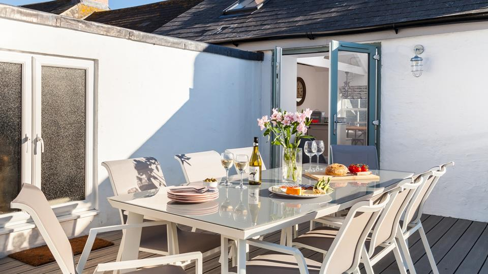 Dine al fresco or fire up the BBQ on the roof terrace, whilst enjoying breathtaking views across Porthleven.