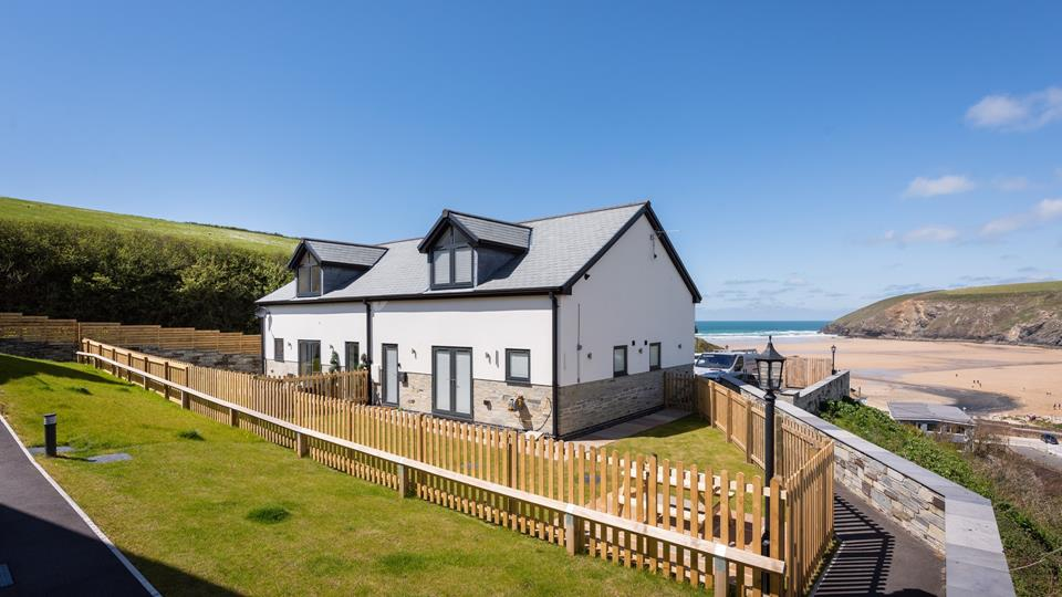 All Decked Out is situated on the clifftop, overlooking the gorgeous sandy beach of Mawgan Porth.