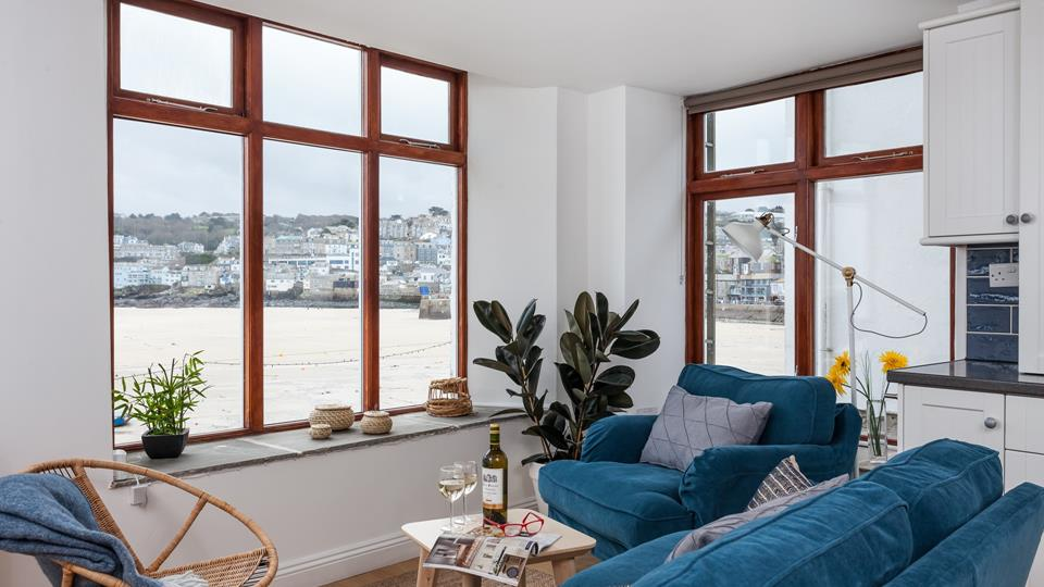 Watch the rise and fall of the tide, boats bobbing in the harbour and the water sparkling in the sun from the comfort of your romantic retreat.