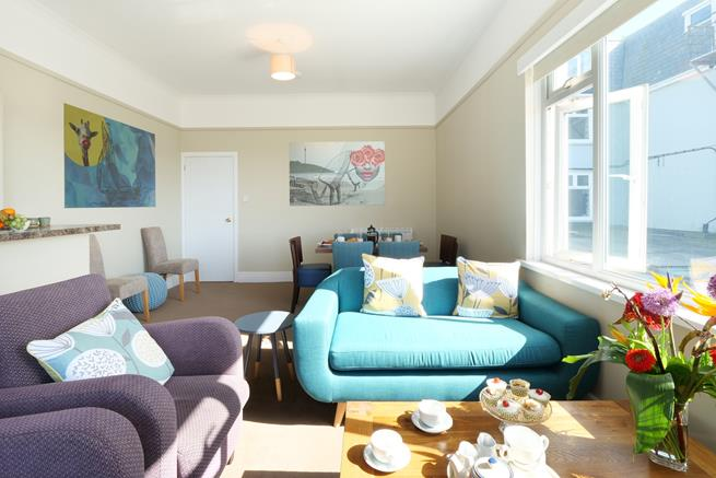 Really lovely open plan sitting room with spacious dining area and kitchen.