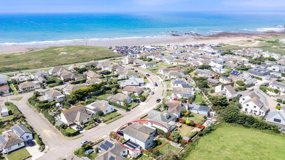 Meadow View is located on The Crescent and is a few minutes' walk from Widemouth Bay beach, which is renowned for surf, swimming and rock pooling.