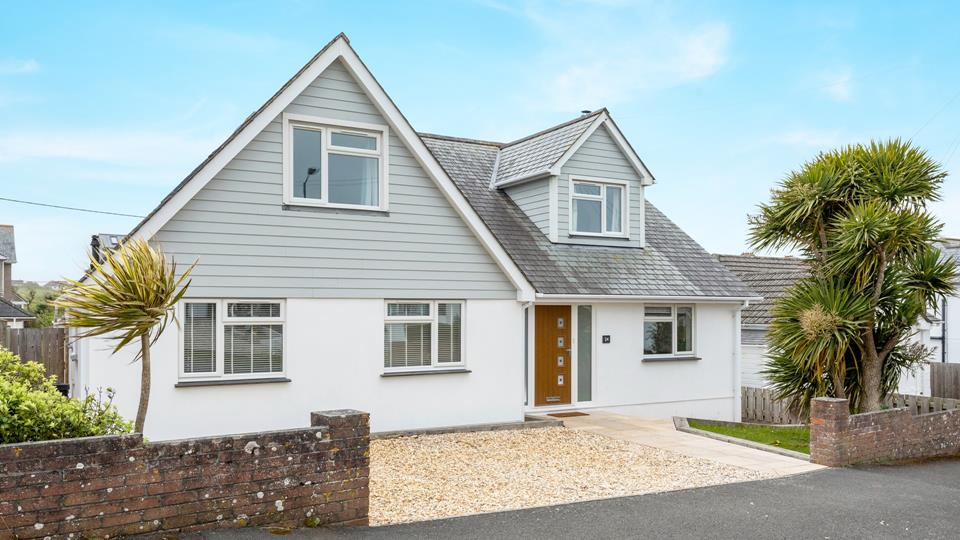 Slow Tide is locate along West Fairholme Road which is a friendly part of Bude, the parking space is on the gravel to the front, plus on street parking, the access is nice and flat from pavement level into the property.