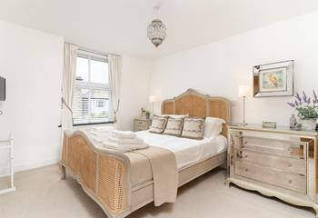 The Porthole, Sleeps 4 + cot, St Ives Town.
