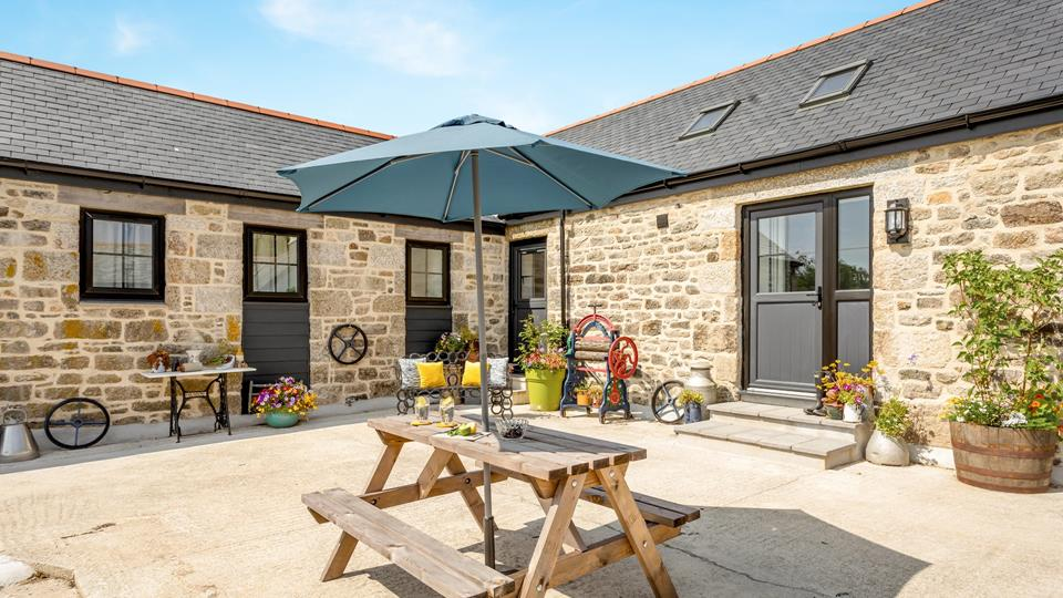 Arrive at Owl's Roost and treat yourself to a refreshing G & T in the evening sunshine after your journey.